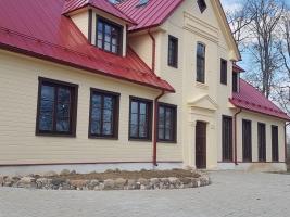 Centra logi rāmi raugās Daugavas plūdumā un uz jauno pludmali:)